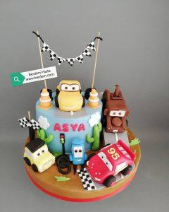 Cars çizgi filmi temalı, Lightning Mcqueen ve diğer karakterlerin figürleri ile süslenmiş doğum günü pastası