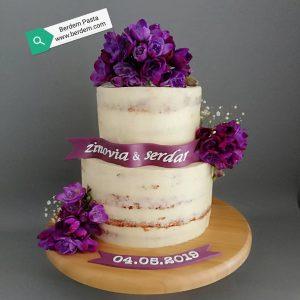 Mor çiçeklerle süslenmiş, naked cake tarzında iki katlı nişan pastası