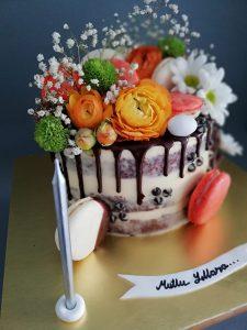Rengarenk çiçekler ve makaronlar ile süslenmiş naked cake tarzında doğum günü pastası