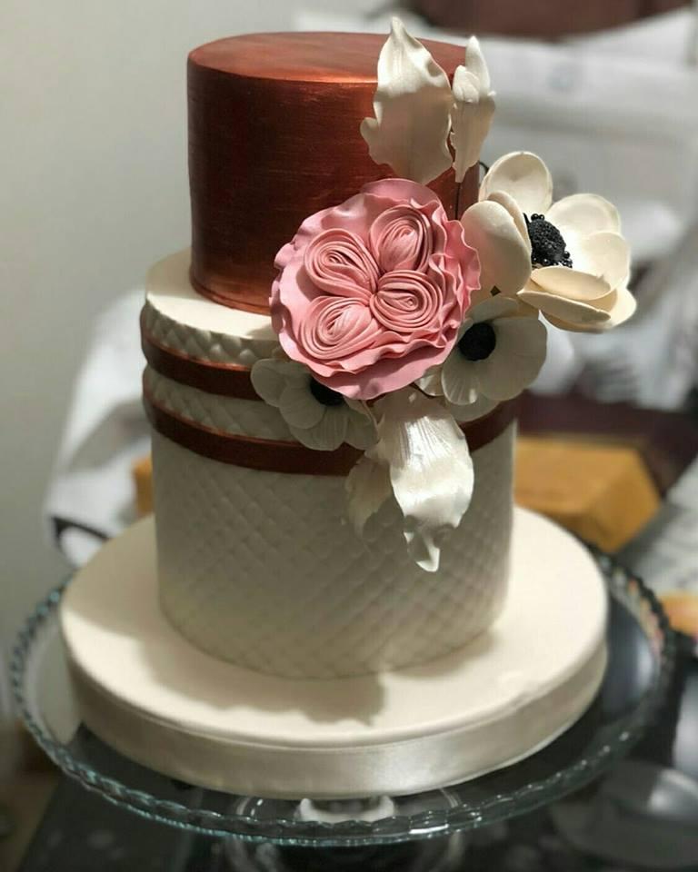 Çiçek figürleri ile süslenmiş nişan, düğün pastası